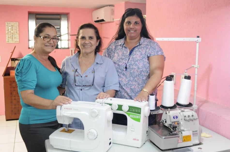 Dorcas recebem três máquinas de costura novas